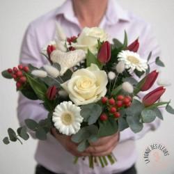 composition en hauteur de fleurs blanches réalisée par la ronde des fleurs