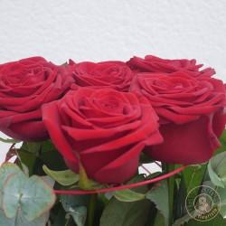 Composition de roses rouges