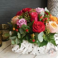 Panier de roses multicolores